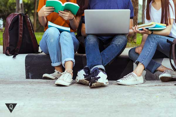 Люди с книгами и компьютером