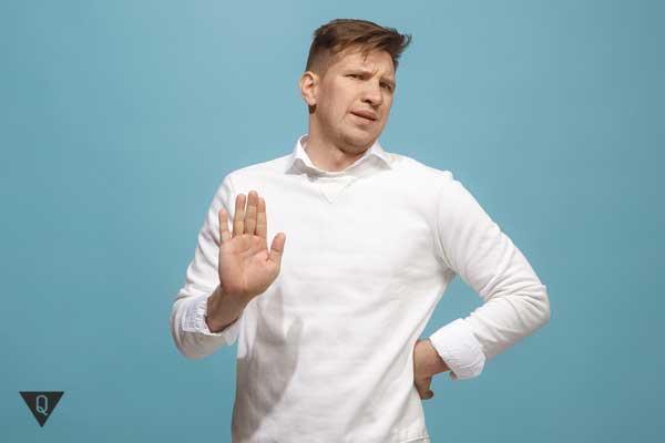 Мужчина выставил вперёд ладошку в знак несогласия