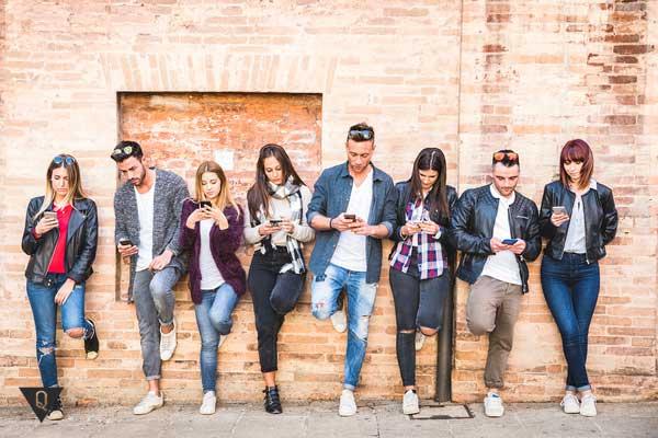Компания молодых людей зависима от телефонов