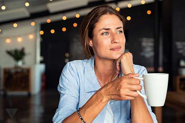 Женщина со стаканом кофе