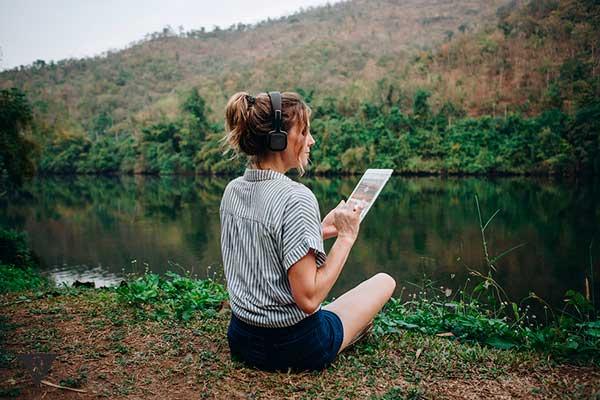Девушка слушает музыку на природе