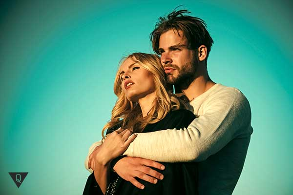 Мужчина обнимает сзади женщину