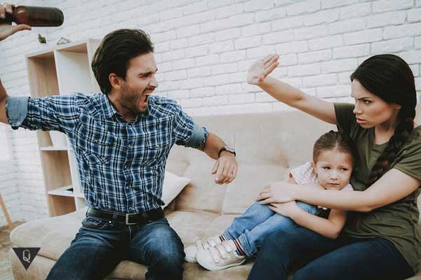 Отец бьет мать при ребенке