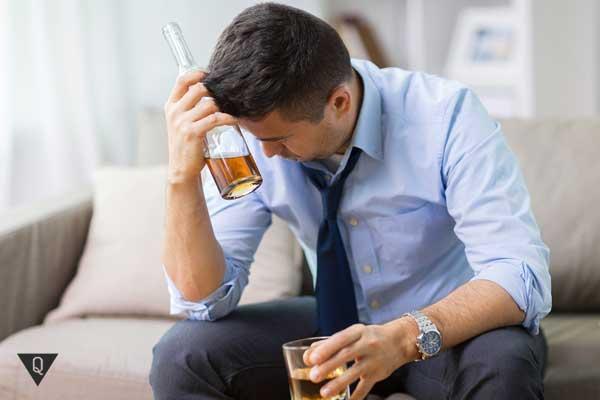 Мужчина с бутылкой алкоголя в руках