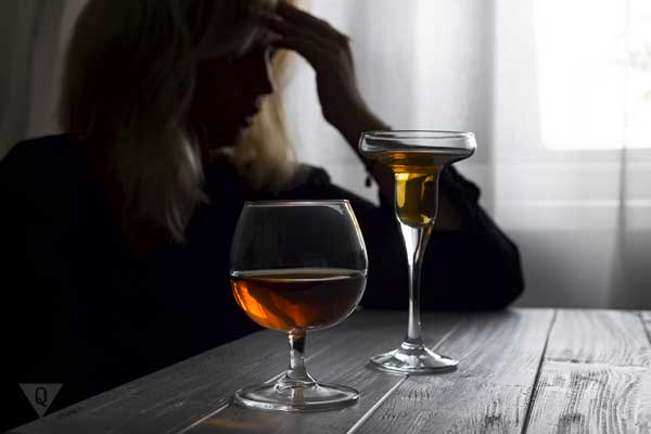 Девушка с бокалами вина