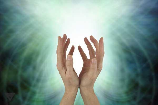 Руки человека подняты вверх в молитве