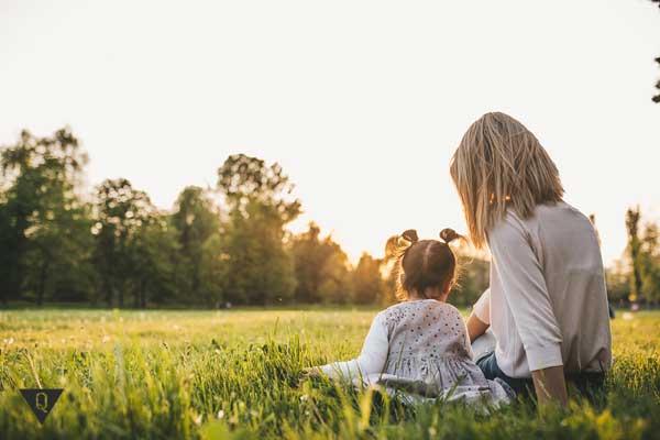 Мама с дочкой на поляне
