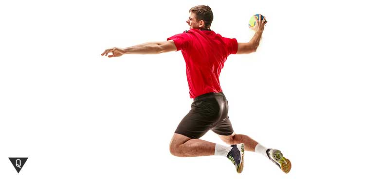 Мужчина с мячом в прыжке