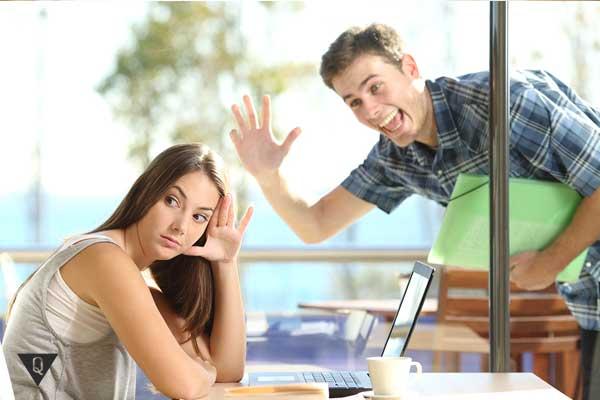 Девушка игнорирует парня