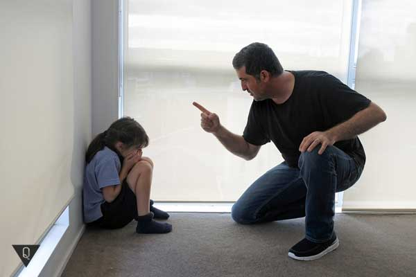 Папа ругает дочь
