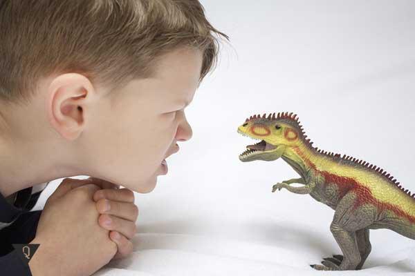Мальчик пугает игрушку