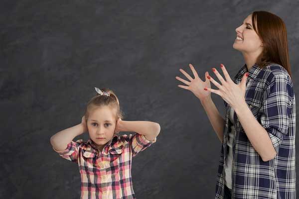 Мама кричит на дочь, которая закрыла уши руками