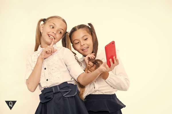 Девочки делают селфи