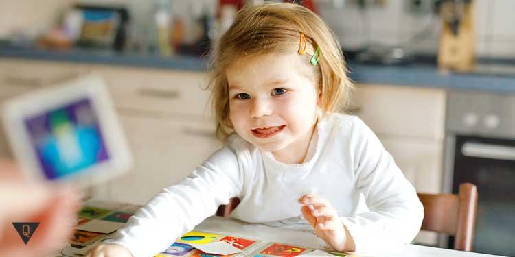 Девочка играет, развивая память