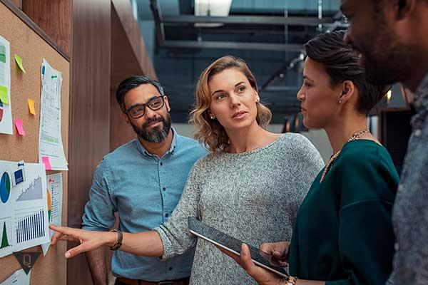 Бизнесмены обсуждают графики