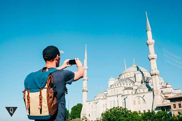 Мужчина фотографирует храм