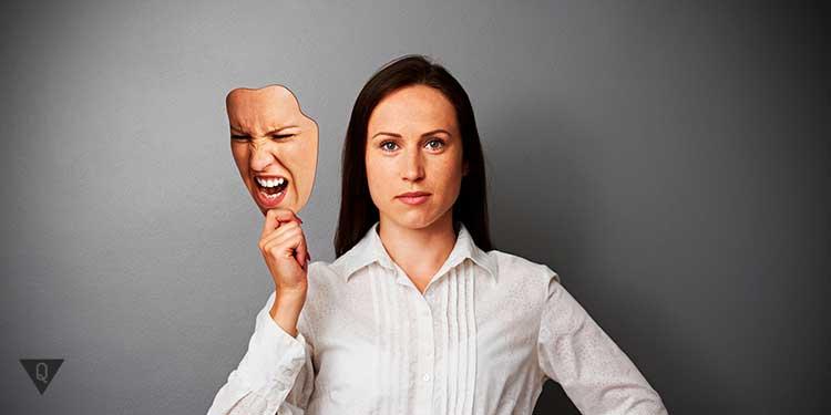девушка контролирует свои эмоции