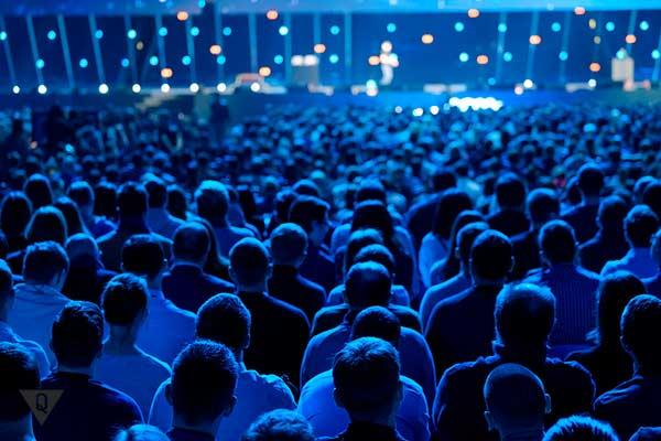 Люди слушают выступление оратора