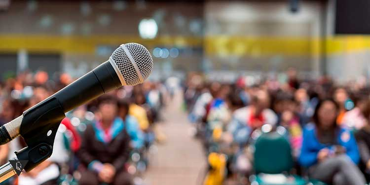 микрофон на фоне аудитории