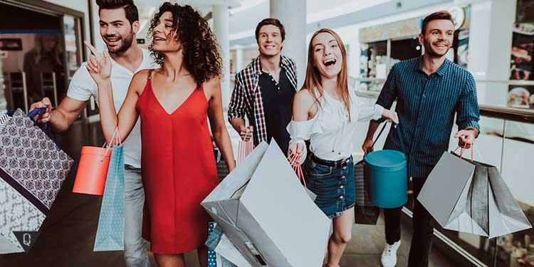 Молодые люди делают много покупок