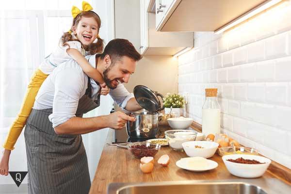 Папа с дочкой готовят на кухне