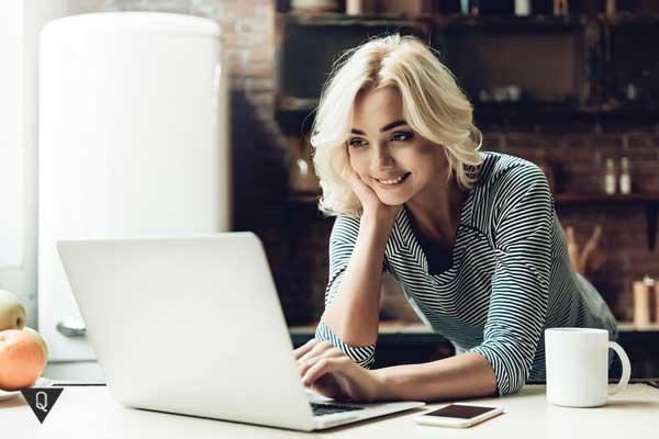 Девушка нашла себе занятие в интернете