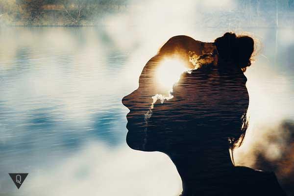 Голова девушки на фоне неба