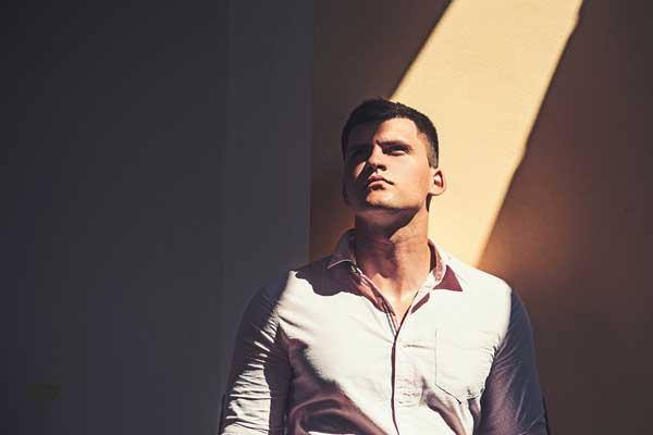 Красивый мужчина в тени
