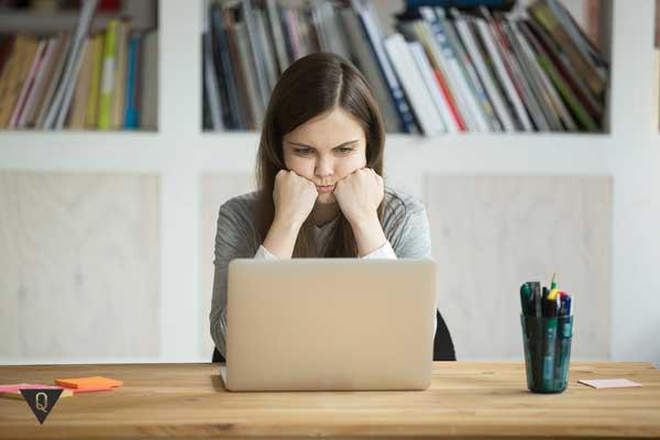 Девушка скучает за компьютером