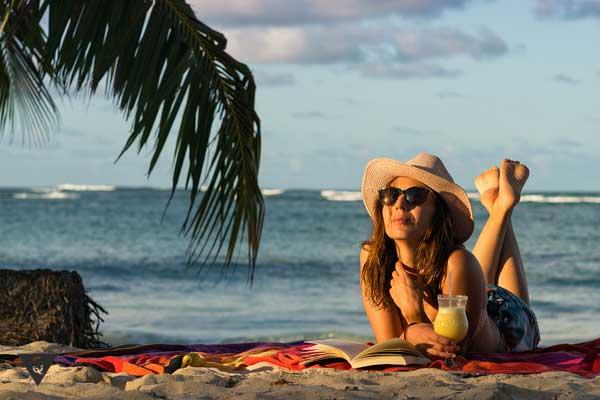 Девушка загорает на пляже в полном одиночестве