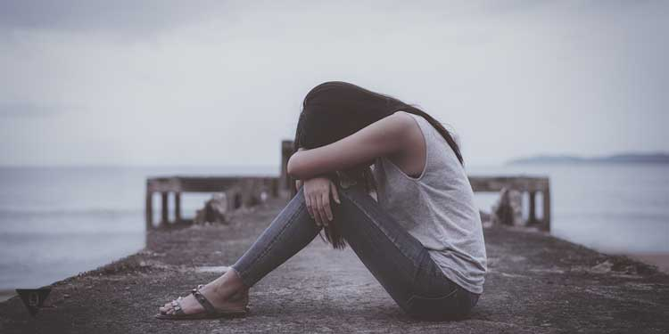 Девушка в полном одиночестве на мосту