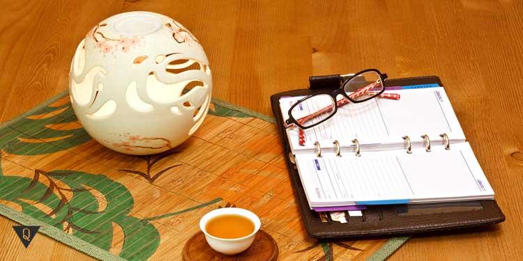 На столе предметы по фен шую