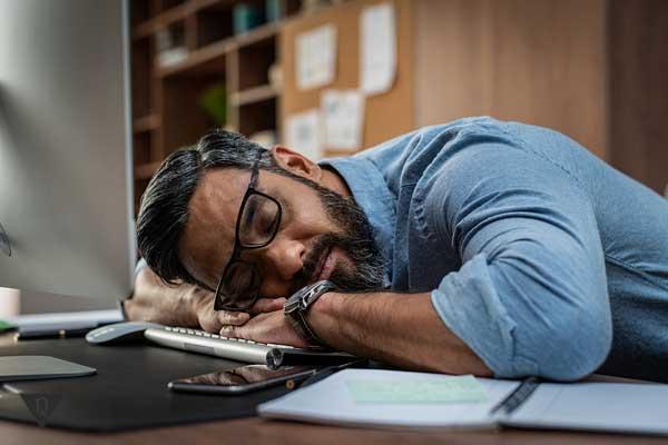 Мужчина спит, как одна из причин лени