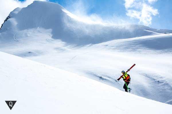 Лыжник идет в гору