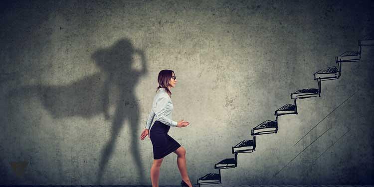 Женщина поднимается по лестнице, как символ того, что она самореализуется.
