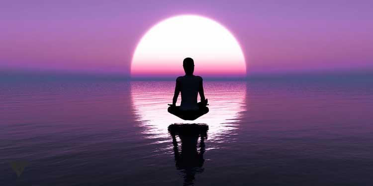 Девушка медитирует на фоне фиолетовой воды