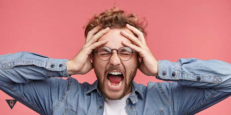Мужчина кричит, потому что его всё бесит