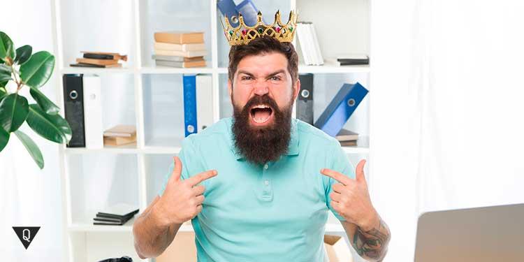 Мужчина считает себя королем