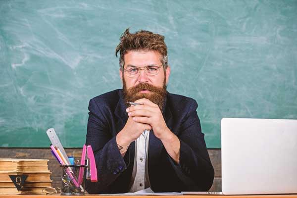 Мужчина сосредоточен, играя в игры на развитие концентрации внимания