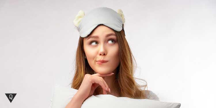 Девушка с повязкой на голове, как символ того, что она готовится ко сну