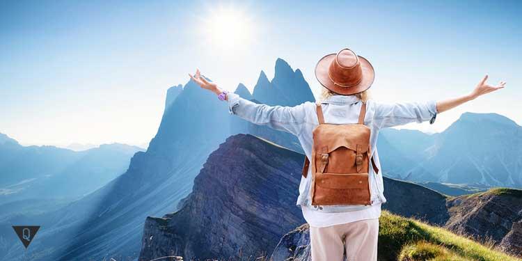 Путешественница на фоне гор