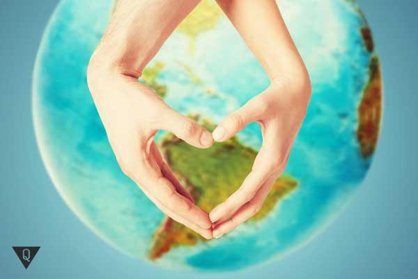 Две руки показывают сердце на фоне земля