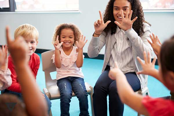 Дети играют для развития внимательности