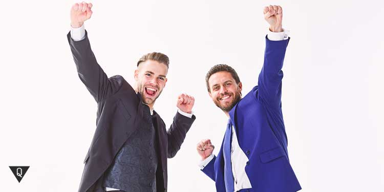 Двое мужчин подняли руки вверх