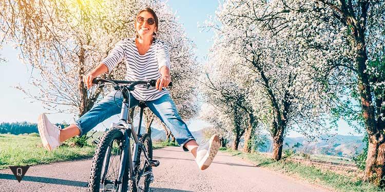 Счастливая девушка катится на велосипеде