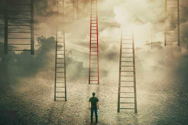 Лестницы и мужчина перед ними