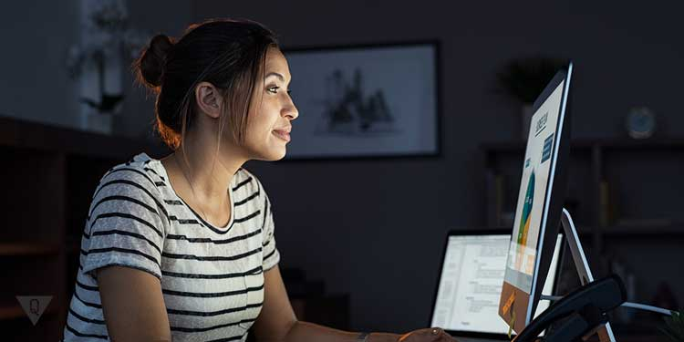 Женщина за компьютером что то изучает