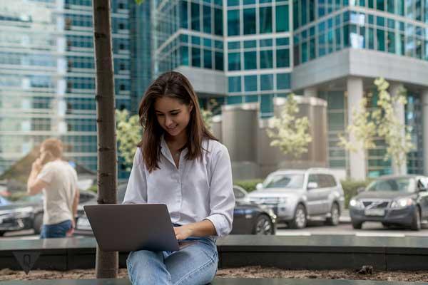 Женщина на улице с компьютером