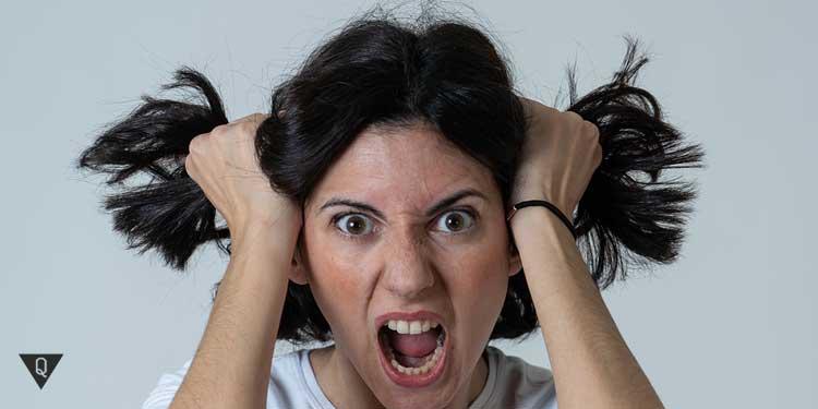 Женщина рвёт на себе волосы
