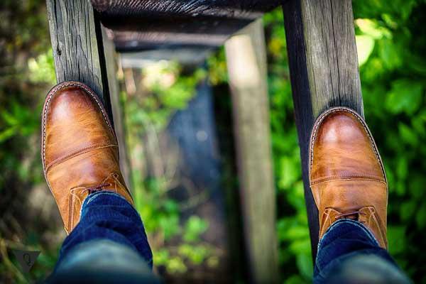 Мужчина стоит на высокой лестнице